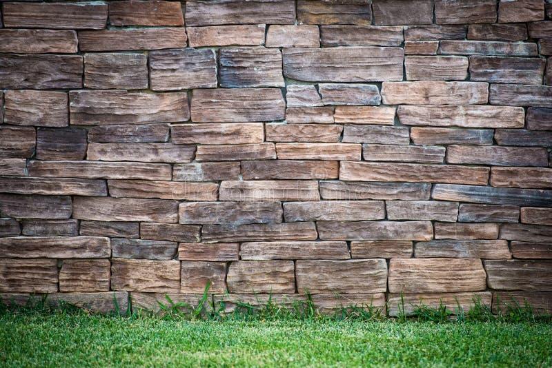 Ländlicher Hintergrund Efeu und Gras auf Backsteinmauerhintergrund stockbild