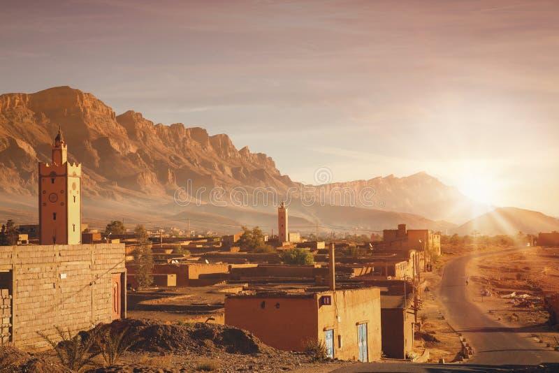 Ländliches Berberdorf bei Sonnenaufgang in Marokko lizenzfreies stockbild