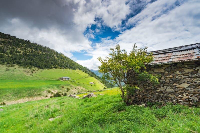 Ländliches Bruchsteingutshaus in Andorra Pyrenäen stockfotografie
