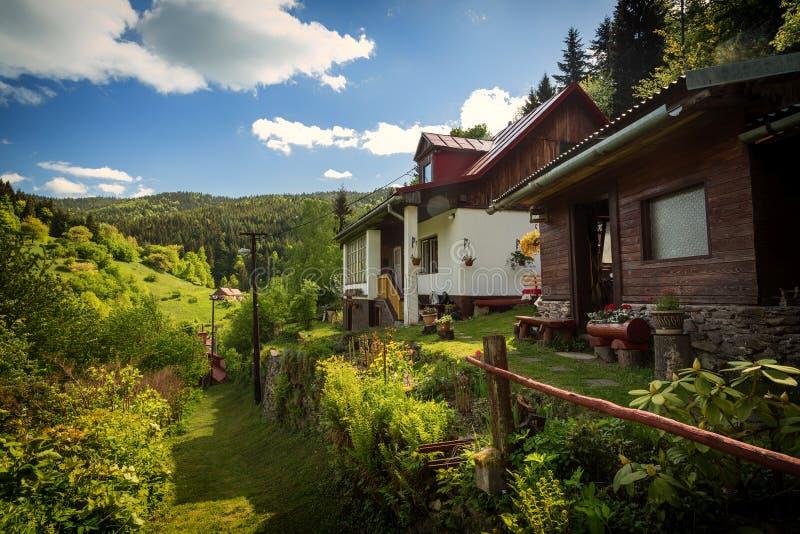 Ländliches Haus auf altem Bergmanndorf in mittlerem Europa stockfotos