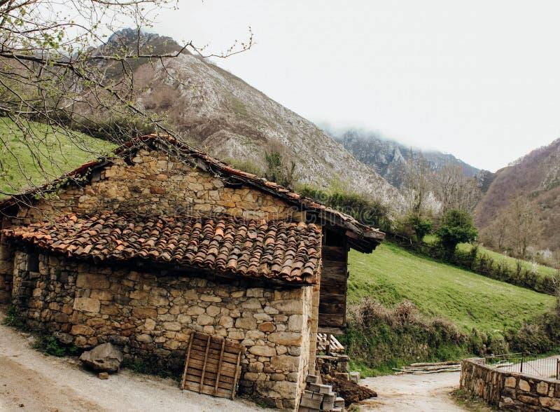 Ländliches Haus nahe bei einem Berg in Asturien, Spanien stockfotos