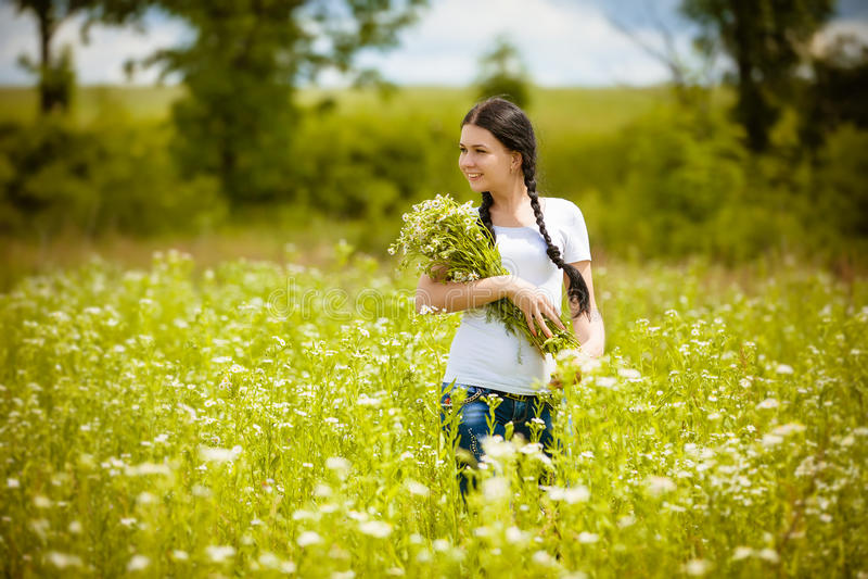 Ländliches Mädchen auf dem Gebiet lizenzfreie stockbilder