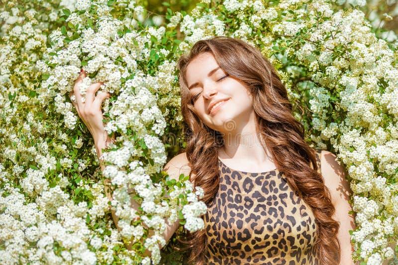 Ländliches Mädchen in den Blumen stockfotografie
