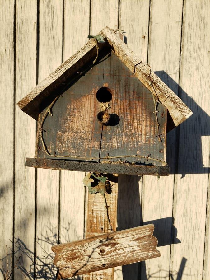 Ländliches Zerfallvogelhaus stockfotografie