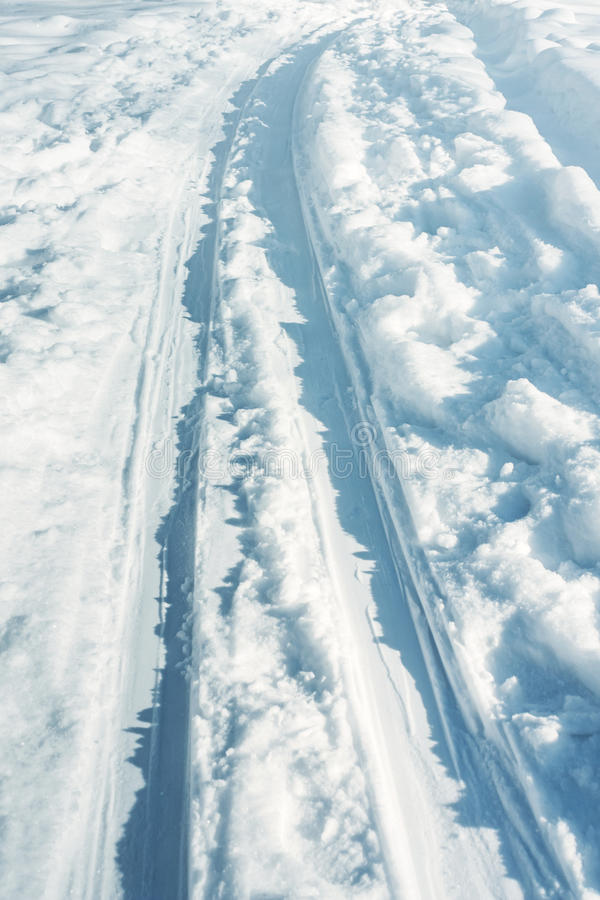 Längdlöpningslinga i snön på solig vinterdag royaltyfria foton