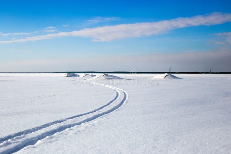 Längdlöpningspår i den härliga vintersjön på ett soligt D royaltyfria bilder
