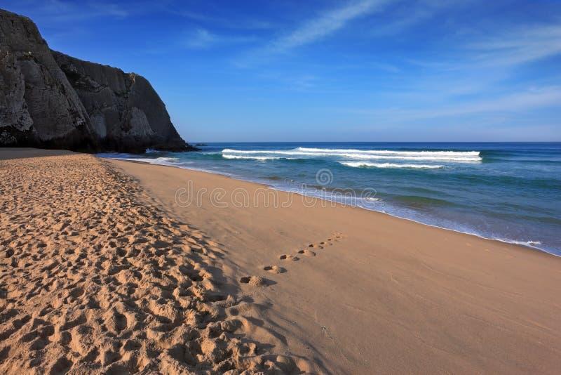 Länge och bred sandig strand i Sintra royaltyfria bilder