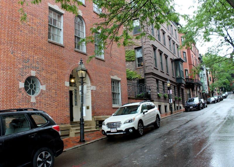 Länge von Brownstonewohnungen auf einer vieler Nebenstraßen, Boston, Masse, 2019 stockfotos