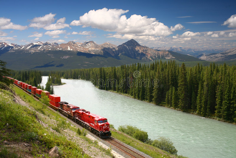 längs bow utbildar kanadensiska fraktar som flyttar r-floden royaltyfri fotografi