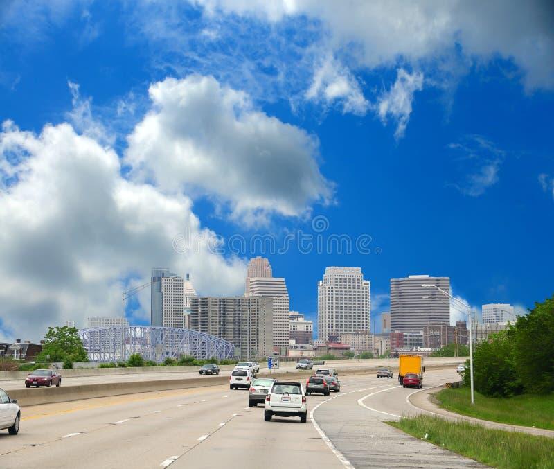 längs cincinnati som kör interstate ohio till royaltyfria foton