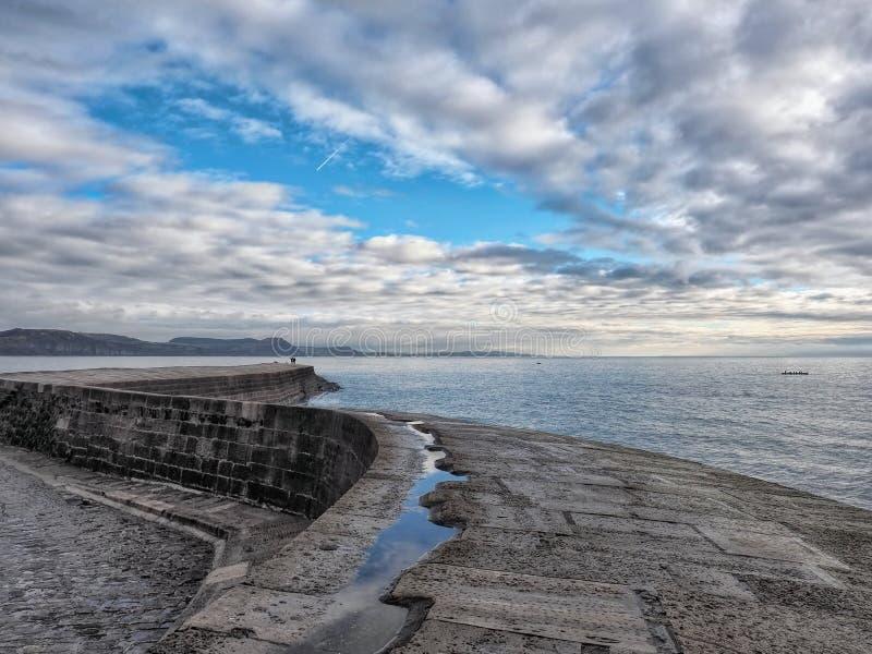 Längs den Cobb väggen - Lyme Regis arkivbild