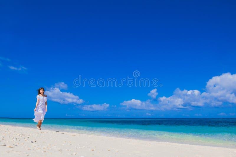 längs gå kvinna för strand arkivbild