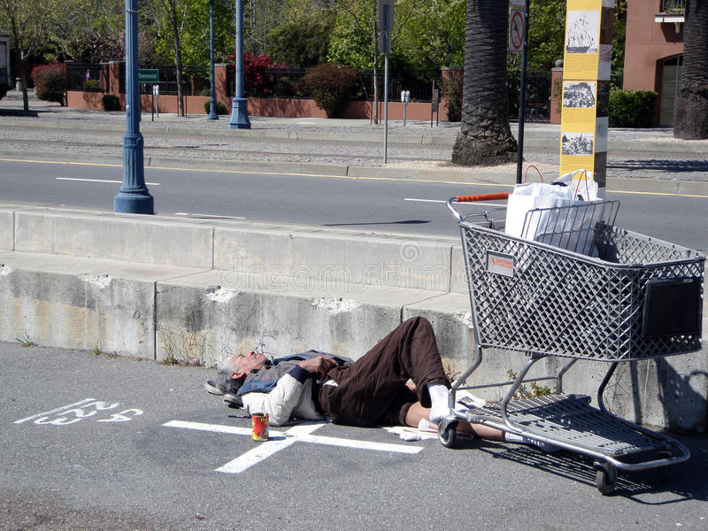 längs hemlösa mansömnar för embarcadero arkivfoto
