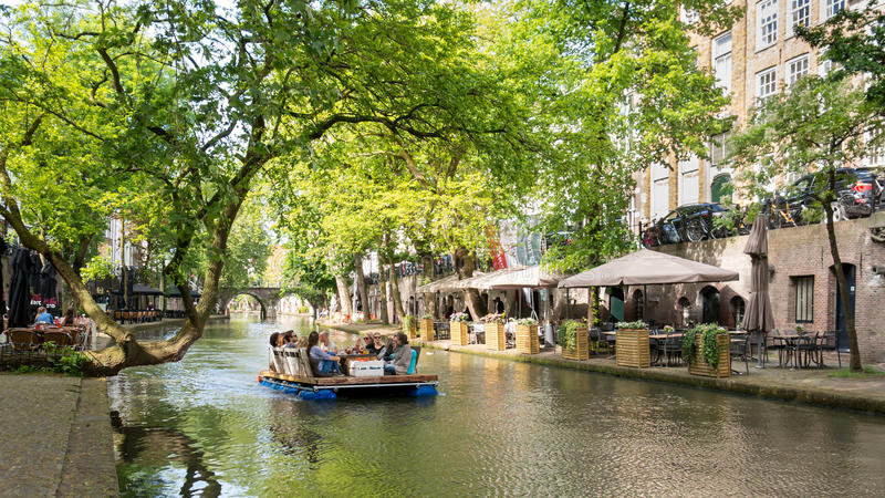 längs kanalen houses holländare nederländska gammala utrecht royaltyfri bild