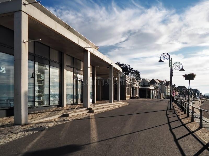 Längs promenaden - Lyme Regis arkivfoto