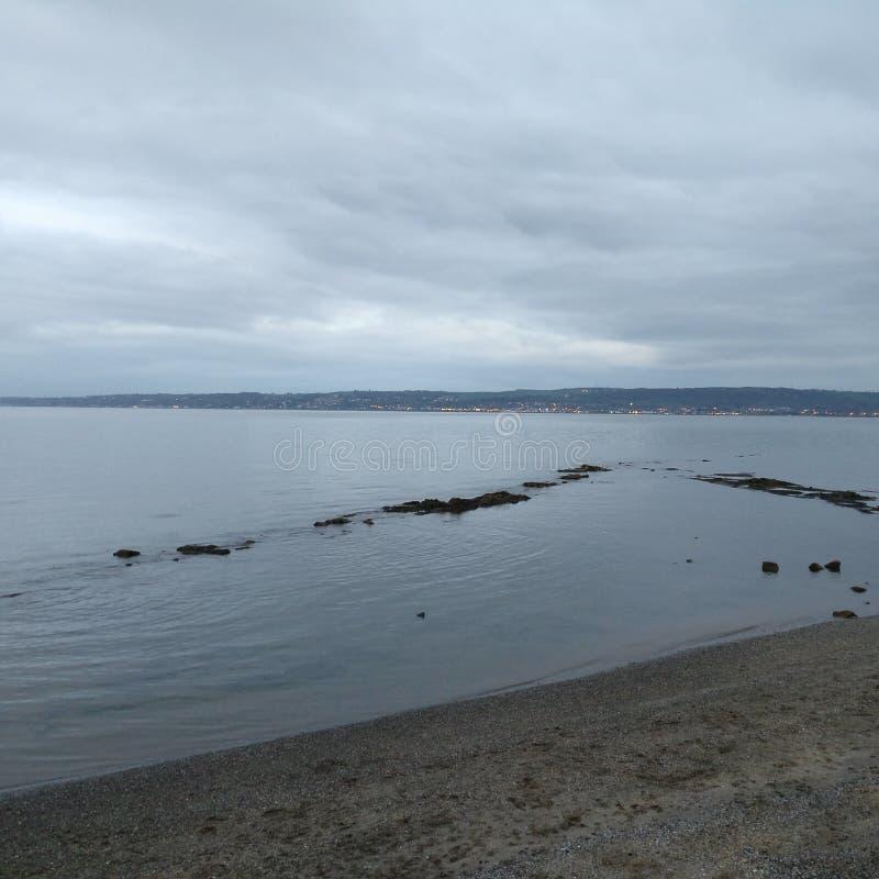 längs strand gå royaltyfri foto
