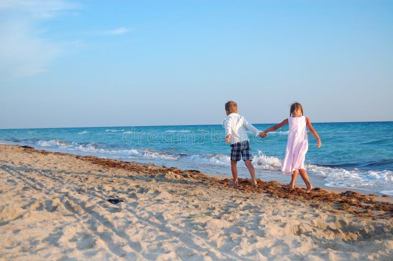 längs strand lurar tillsammans att gå fotografering för bildbyråer