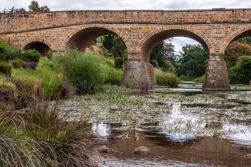 Längs vattenlinjen vid halva Richmond Bridge i Richmond, Tasmania, Australien fotografering för bildbyråer
