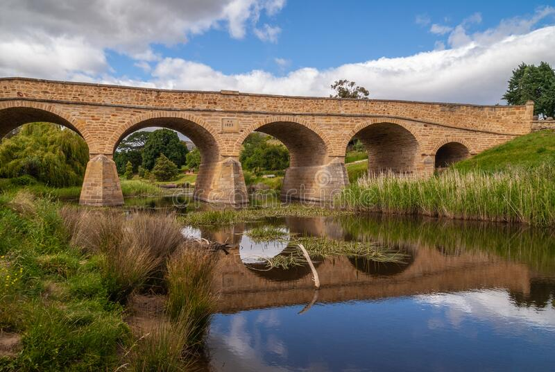 Längs vattenlinjen vid Richmond Bridge i Richmond, Tasmania, Australien royaltyfria bilder