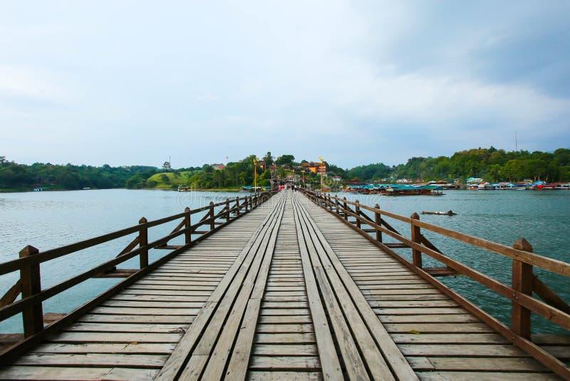 Längst Wood bro i Thailand, måndag bro på Sangkhlaburi Kanc royaltyfri bild