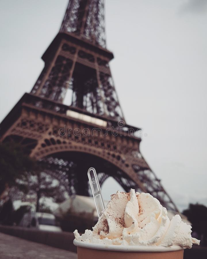 Läppja varm choklad vid Eiffeltorn royaltyfri bild