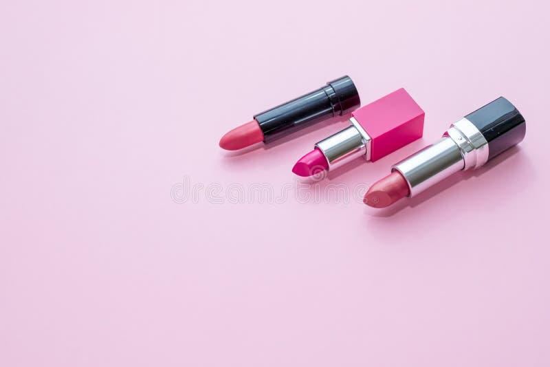 läppstift Färgrika läppstift för mode över rosa bakgrund Läppstift tonar paletten, yrkesmässig makeup och skönhet royaltyfria bilder