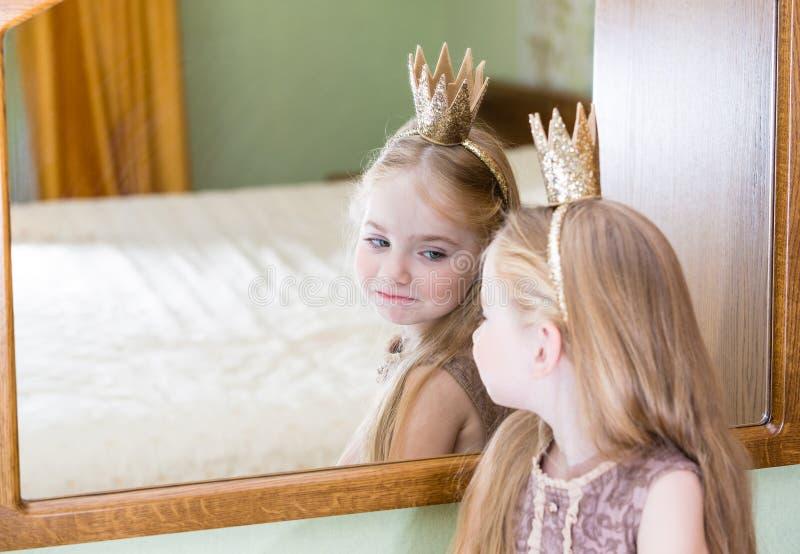 Läppstift för makeup för prinsessaliten flickamålning på spegeln arkivfoto