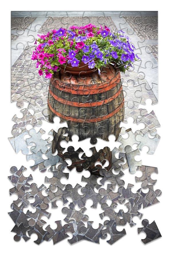 Lär att arbeta i trädgården lite förbi lite - trätrumman med flowerpo royaltyfria bilder