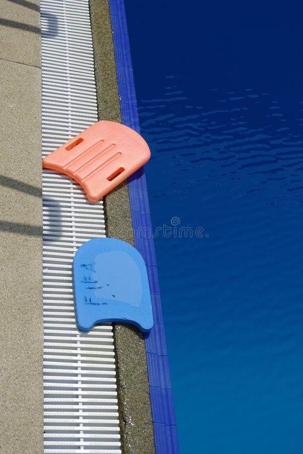 Lär att simma, simbassängen royaltyfri foto