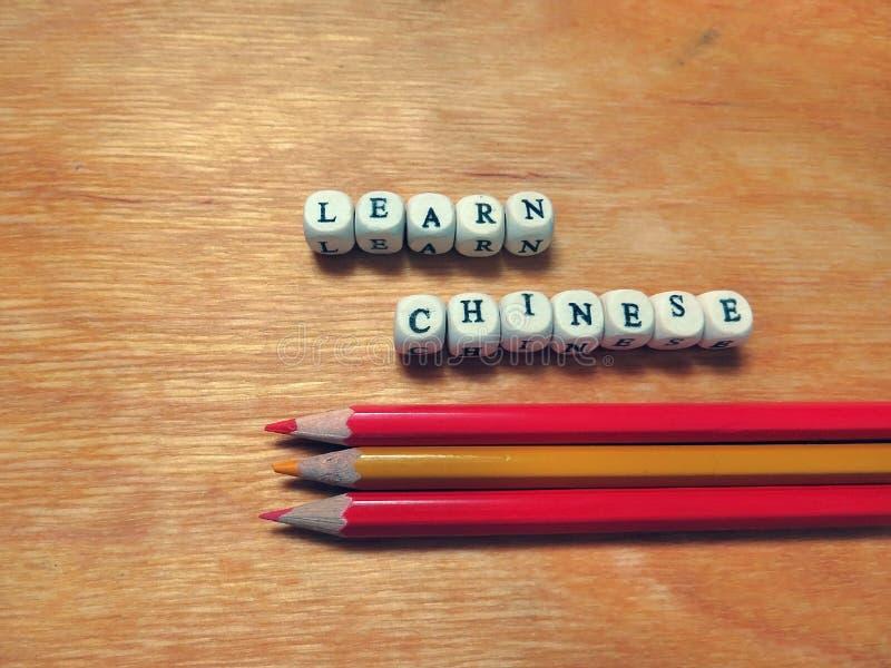 Lär kinesiska och kulöra blyertspennor royaltyfri foto