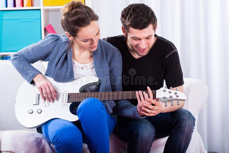 Lära att spela gitarren royaltyfri foto