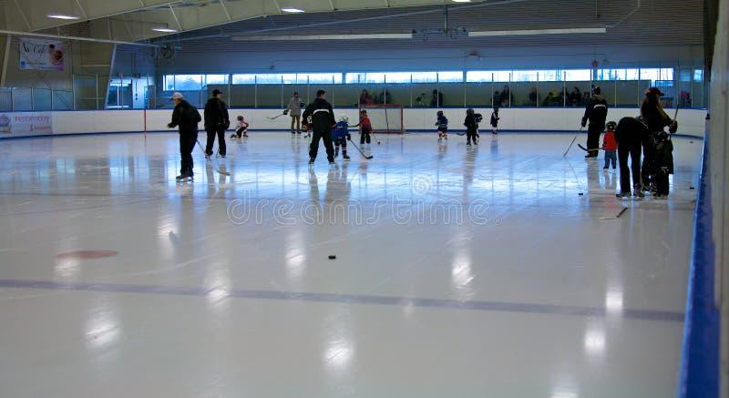 Lära att spela hockey royaltyfri bild