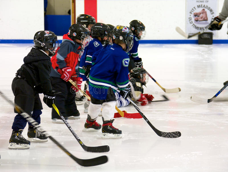 Lära att spela hockey arkivbild