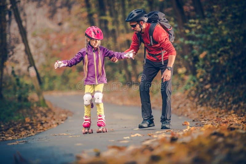 Lära för familj för rullskridsko fotografering för bildbyråer