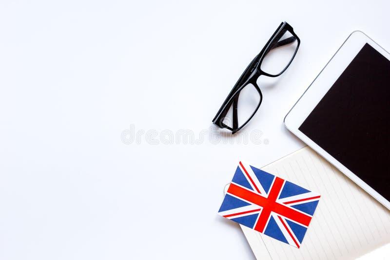 Lära för livsstil som är engelskt direktanslutet på den vita modellen för bästa sikt för tabellbakgrund royaltyfri bild