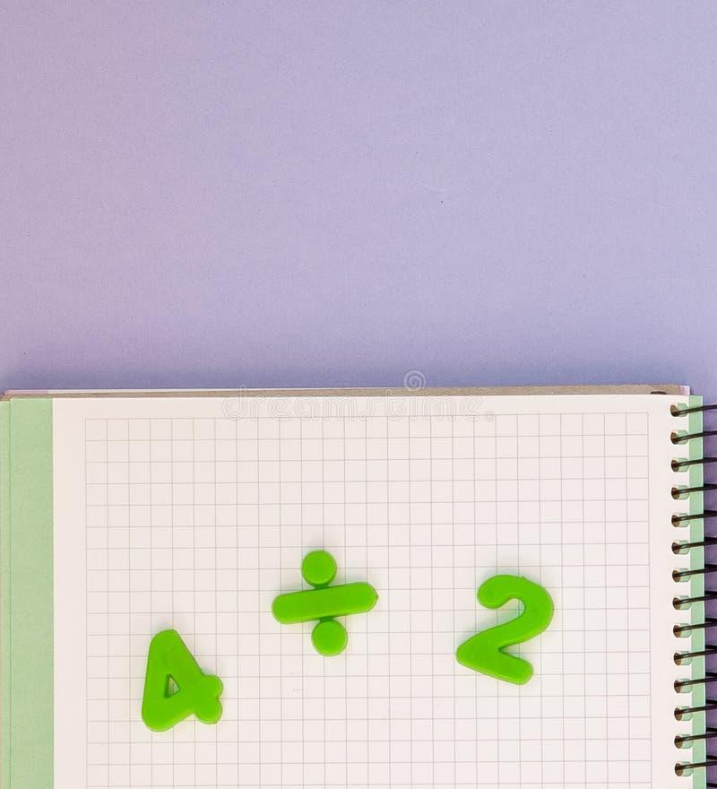 lära maths Lura skrivbordet för ` s med den tomma anteckningsboken och den bästa sikten för nummer med kopieringsutrymme arkivfoto