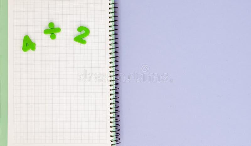 lära maths Lura skrivbordet för ` s med den tomma anteckningsboken och den bästa sikten för nummer med kopieringsutrymme royaltyfria foton