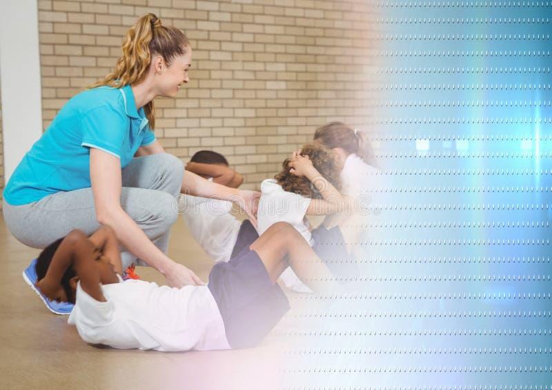 Lärare för fysisk utbildning med grupp arkivbild