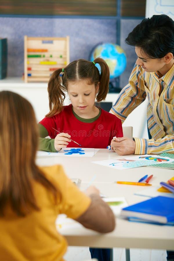 lärare för skola för konstbarngrupp royaltyfria foton