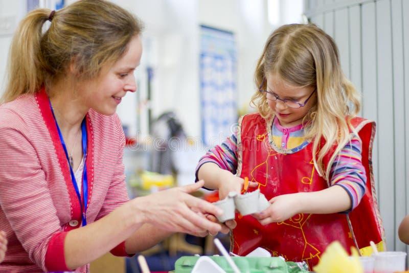 Lärare Helping i konsthantverk arkivfoton