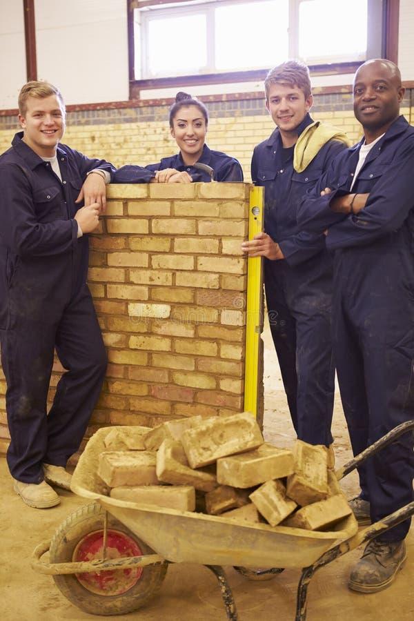 Lärare Helping Students Training som är byggmästare royaltyfria bilder