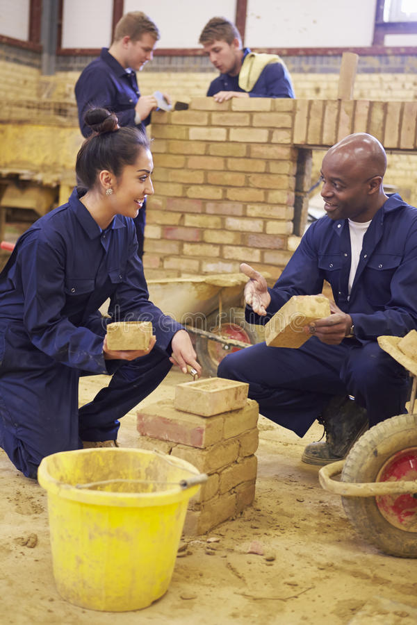 Lärare Helping Students Training som är byggmästare royaltyfri bild