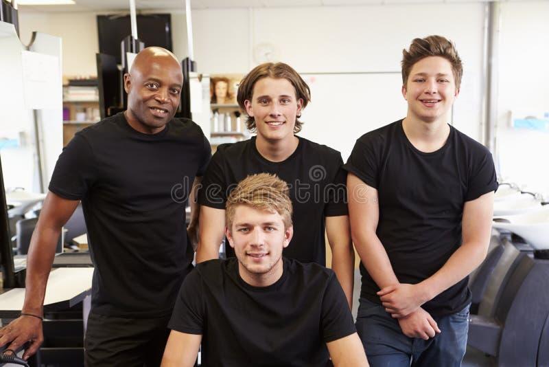 Lärare Helping Students Training som blir frisörer royaltyfri fotografi