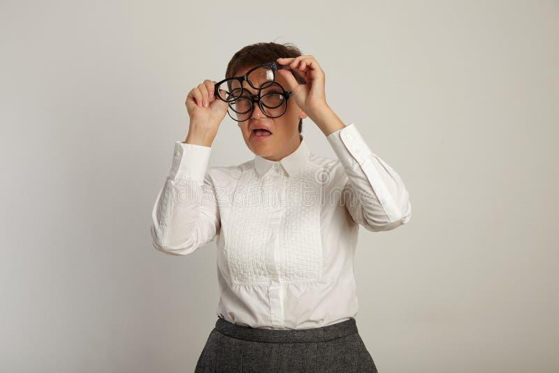 Lärare i den vita blusen med 3 par av exponeringsglas arkivbild