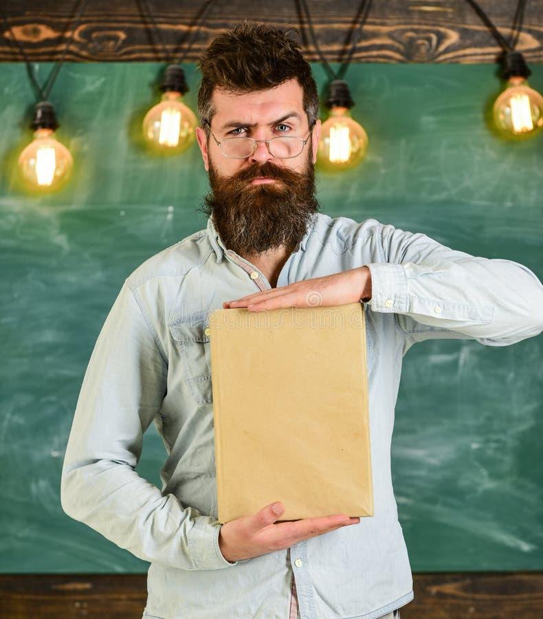 Lärare i glasögon som framlägger den tomma boken Litteraturpresentationsbegrepp Man med skägget och mustasch på strikt framsida fotografering för bildbyråer