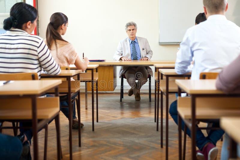 Lärare i klassrum royaltyfria foton
