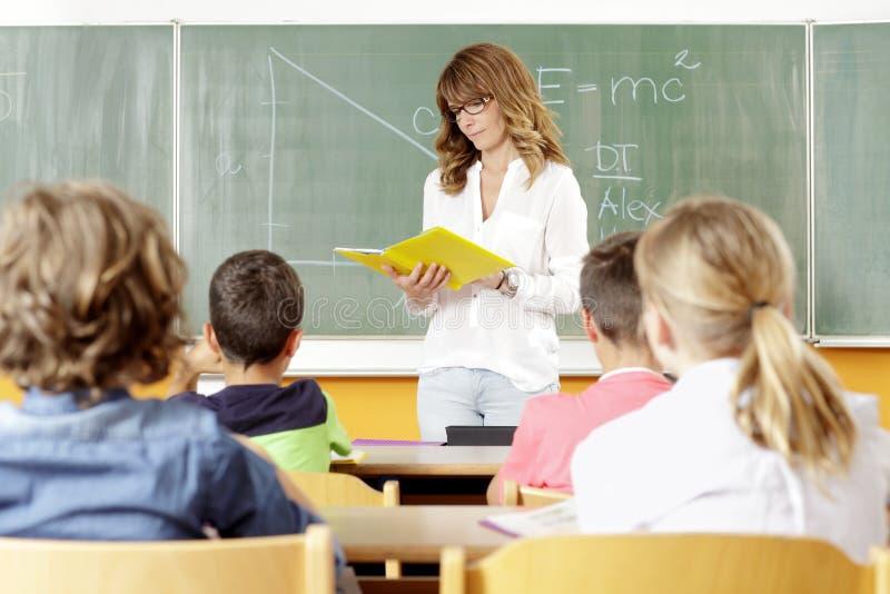 Lärare och student i kurs royaltyfria bilder