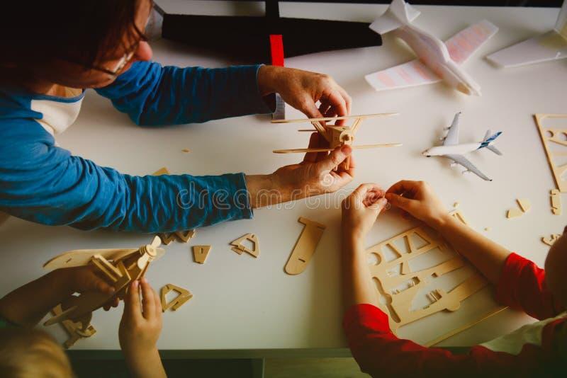 Lärare och ungar som gör leksaknivåer som lär begrepp fotografering för bildbyråer