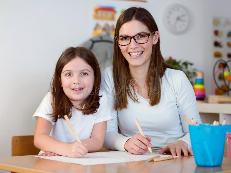 Lärare och unge som har rolig och idérik tid tillsammans royaltyfri foto