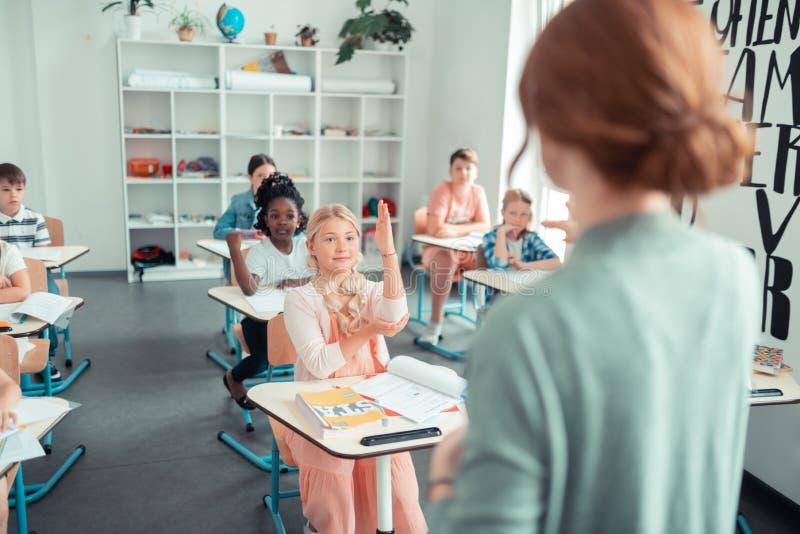 Lärare som frågar en fråga till gruppen fotografering för bildbyråer